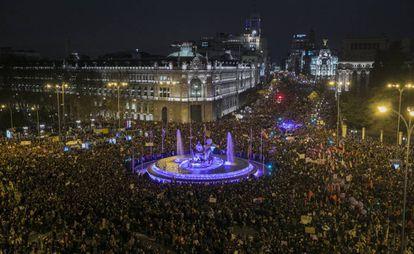 Mulheres reunidas na Plaza de Cibeles, em Madri, na Espanha.