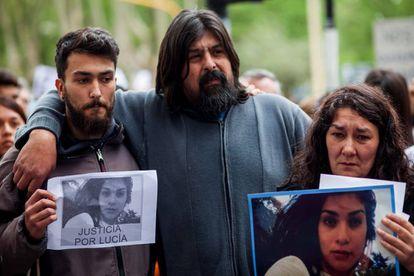 Os pais de Lucía Pérez, Guillermo (centro) e Marta (dir.) num protesto no último sábado para exigir justiça.