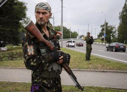 Um rebelde pró-Rússia em uma base em Donetsk.