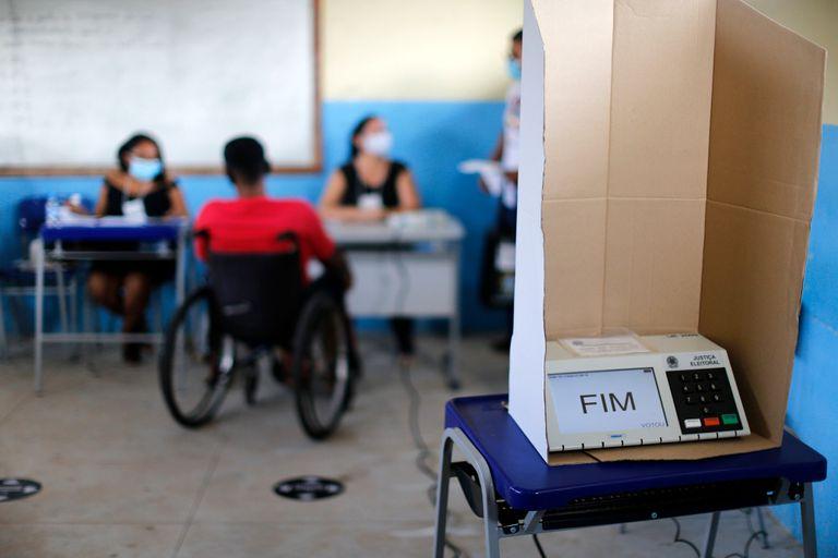 Eleitor aguarda para votar em Igarapé Mirim, no Pará, neste domingo.