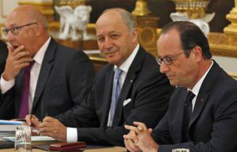 Hollande, junto ao ministro Fabius, na sexta-feira.