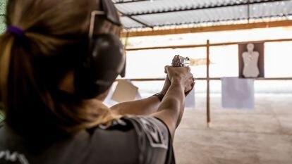 Uma apaixonada por armas em clube de tiros a 100 km de São Paulo.