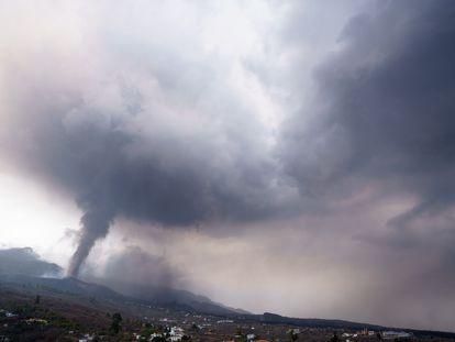 Nuvem de gases e cinzas sobre o vulcão de La Palma, nesta quarta-feira.