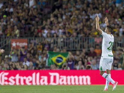 Messi aplaude Alan Ruschel, que voltou a jogar futebol após mais de oito meses.