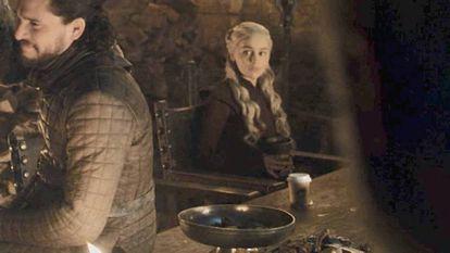 O famoso copo de Starbucks sobre a mesa.