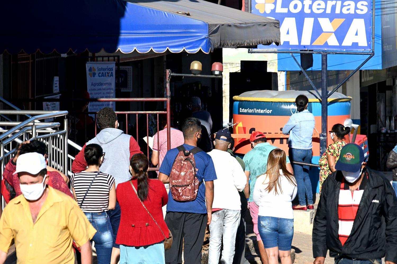 Fila para entrar em lotérica em Ceilândia, cidade satélite do DF que viu disparar número de casos de coronavírus.