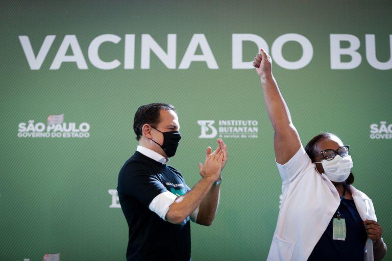 Rival político de Bolsonaro, governador de São Paulo comemora vacinação de enfermeira, a primeira a ser imunizada no Brasil.