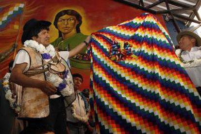 Evo Morales segura uma 'wiphala' em uma fotografia de 2009.
