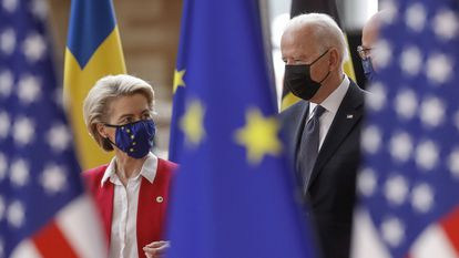A presidenta da Comissão Europeia, Ursula von der Leyen, e o presidente do Conselho da UE, Charles Michel, ao lado do presidente dos EUA, Joe Biden, na sede do Conselho, em Bruxelas, nesta terça-feira.