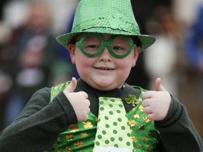 Uma criança vestida à caráter para o St Patrick's Day, em Cheltenham, no Reino Unido.