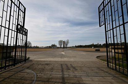 Imagem da entrada do campo de concentração nazista de Sachsenhausen, ao norte de Berlim, em 2020.