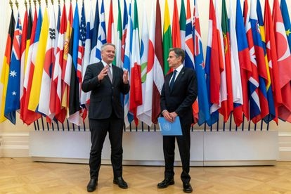 O secretário-geral da OCDE, Mathias Cormann, com o secretário de Estado dos EUA, Antony Blinken, em Paris, em 25 de junho.