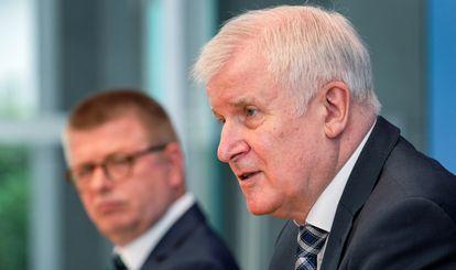 O ministro do Interior alemão, Horst Seehofer (à direita), durante a apresentação do relatório dos serviços secretos, nesta terça-feira em Berlim, ao lado do diretor do Escritório Federal de Proteção à Constituição, Thomas Haldenwang.