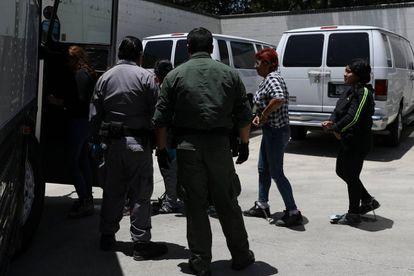 Imigrantes com ordem de deportação, em Texas o 19 de julho.
