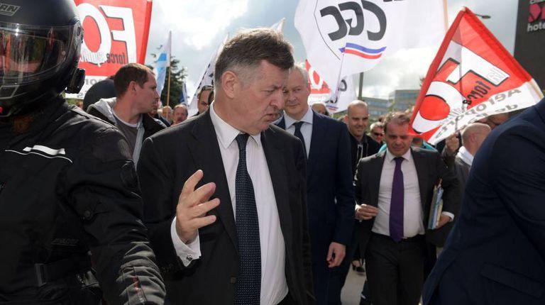 Augustin de Romanet, chefe de Aéroports de Paris, com o ministro de Economia, Bruno Le Maire, em um protesto sindical.