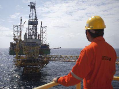 Um funcionário observa uma plataforma da Pemex no Golfo do México.