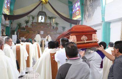 Funeral do padre Luis López na sua paróquia no Estado do México