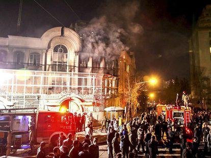 A Embaixada de Arábia Saudita em Teerã, em lumes neste sábado.
