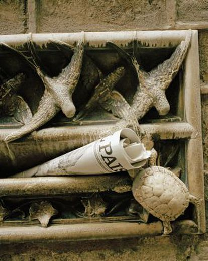 Um exemplar do EL PAÍS na caixa de correio de mármore da Ordem de Advogados.