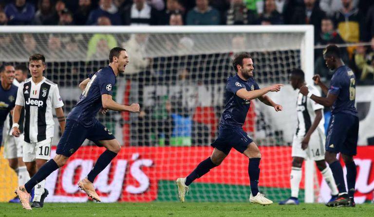 Mata, Matic e Pogba comemoram o gol do United em Turim.