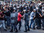 Manifestantes y antidisturbios se enfrentan, este martes en Beirut.