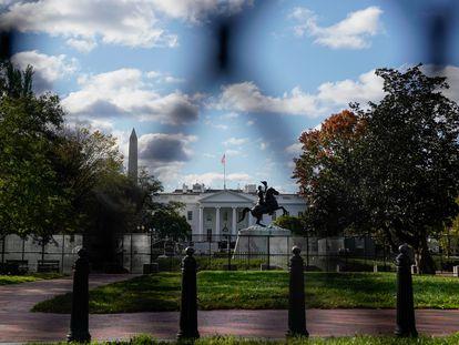 A Casa Branca vista através das cercas de segurança instaladas em Washington para proteger os edifícios oficiais, em 2 de novembro de 2020.