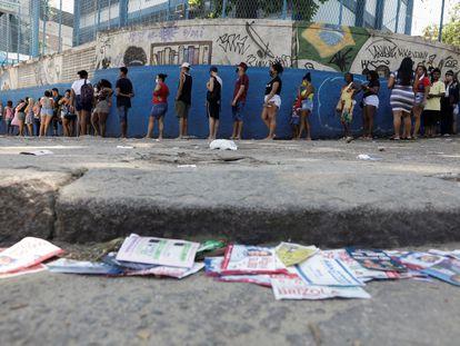 Eleitores votam no Complexo do Alemão, no Rio de Janeiro, neste domingo.