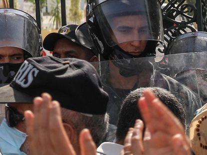 Militares tunisianos cercam o edifício do Parlamento em Túnis, capital da Tunísia, em 26 de julho