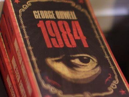 Edições do livro '1984' na Feira do Livro de Hong Kong.