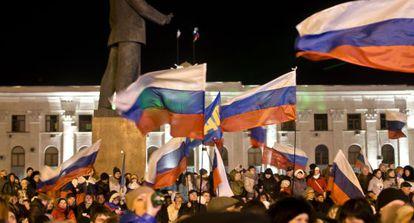 Multidão comemora com bandeiras russas em Simferopol. / Vadim Ghirda (AP)