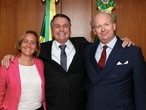 O presidente Jair Bolsonaro abraça a deputada alemã Beatrix von Storch e o marido dela, Sven von Storch.