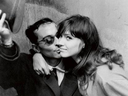 Anna Karina com Jean-Luc Godard, em uma imagem de arquivo feita em Paris.