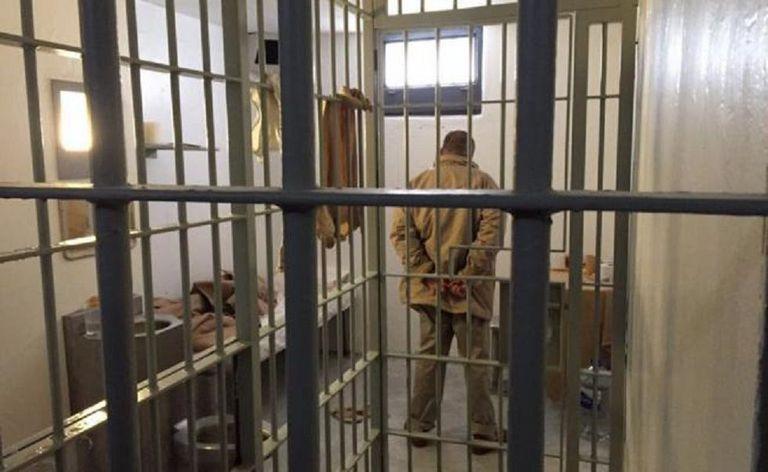 Imagem de El Chapo Guzmán em cela da prisão de El Altiplano divulgada no Twitter pelo jornalista Carlos Loret de Mola