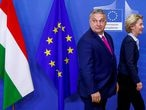 FILE PHOTO: Hungarian Prime Minister Viktor Orban walks with European Commission President Ursula von der Leyen at the EU Commission headquarters in Brussels, Belgium February 3, 2020.  REUTERS/Francois Lenoir//File Photo