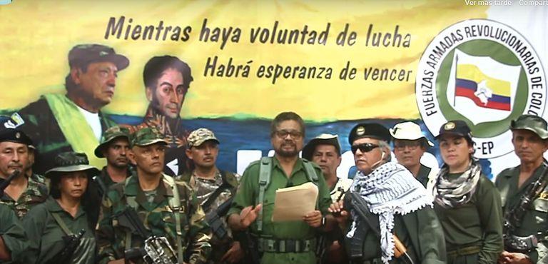 Captura do vídeo no qual Iván Marquez (centro), 'número dois' das FARC, lê um manifesto ao lado de Jesús Santrich (direita) e de grupo de pessoas armadas.