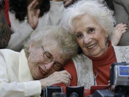 Rosa de Roisinblit, uma avó da Plaza de Mayo, abraça a sua parceira Estela de Carlotto nesta terça-feira em Buenos Aires.