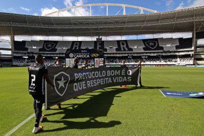 Jogadores do Botafogo protestam contra a volta do futebol no Rio de Janeiro.