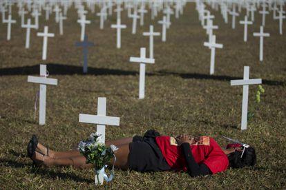 Centenas de cruzes foram colocadas neste domingo na Esplanada dos Ministérios em homenagem aos mortos pelo coronavírus.