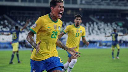 Robert Firmino comemora gol de empate da seleção brasileira.