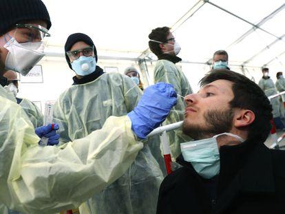 Pessoal sanitário colhe amostras para análise de coronavírus em uma instalação de Munique (Alemanha).