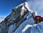 Alpinistas esperam sua vez para chegar ao cume do Everest, no dia 22 de maio.