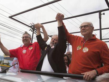 Suplicy (à direita) fez campanha ao lado de Alexandre Padilha e Lula.
