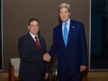 Chanceleres de Cuba (à esq.) e dos EUA, no Panamá.