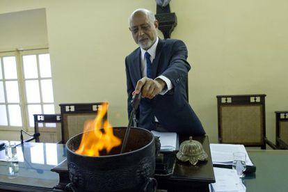 Domício Proença queima os votos após eleições.