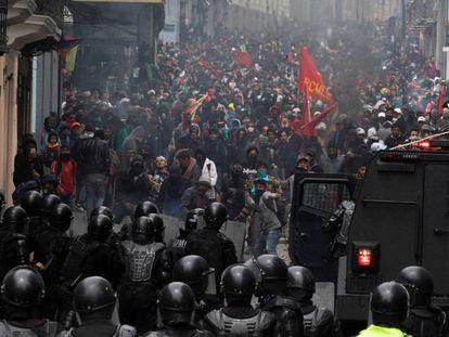 Manifestantes e policiais, durante o protesto em Quito.