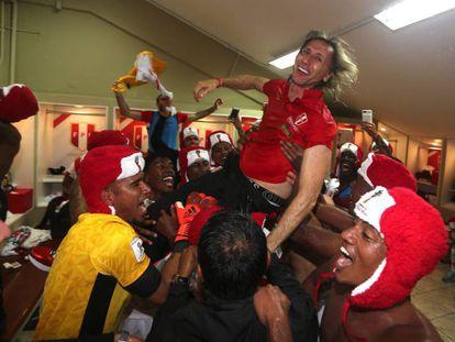 Ricardo Gareca festejando a classificação para a Copa.