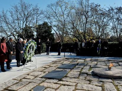 A família de Obama e os Clinton diante do túmulo de John F. Kennedy.