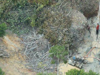 Garimpeiros atuam em área indígena Yanomami.