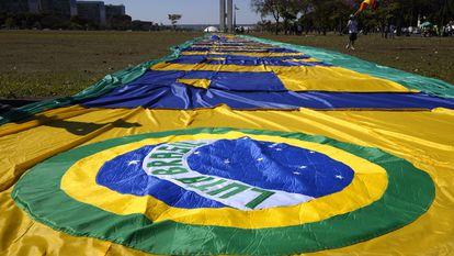Bandeira do Brasil estendida na Esplanada dos Ministérios por apoiadores do presidente Jair Bolsonaro, nesta sexta.