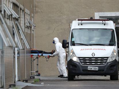 Profissional de saúde transporta paciente com suspeita de covid-19 no Hospital Delphina Aziz, em Manaus, no mês de abril.